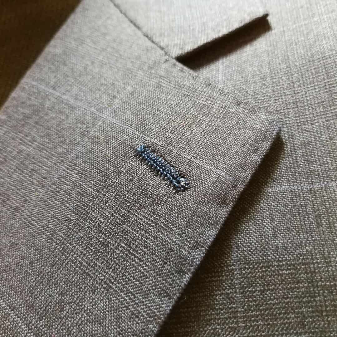 Kvalitní oblek - obšitá dírka