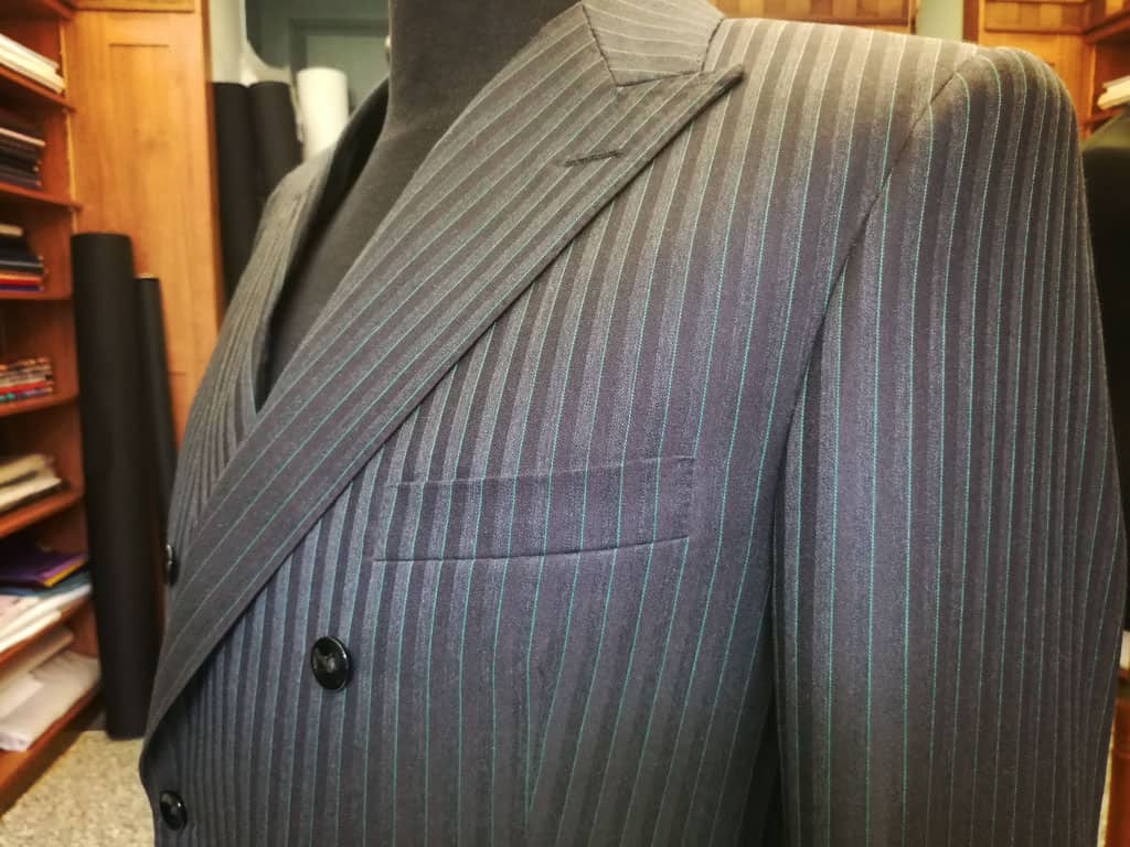Dvouřadé sako s klopou do špičky