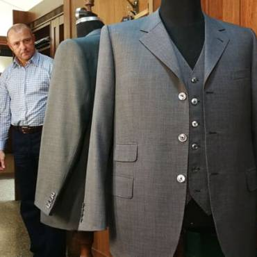 Šedý oblek na míru s vestou