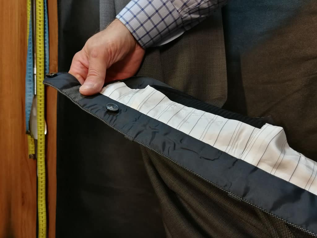 Ruční trojdílné začištění pásku kalhot na vnitřní straně